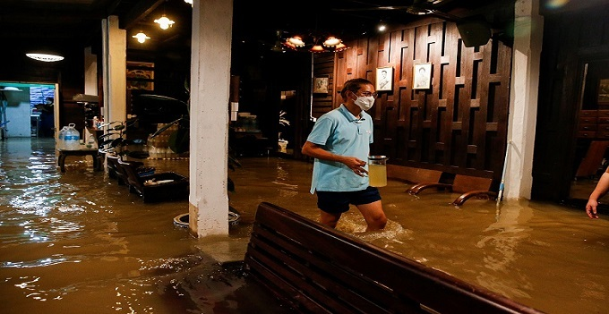 بسبب فيضان تحول مطعم في تايلاند ألى مقصد سياحي...