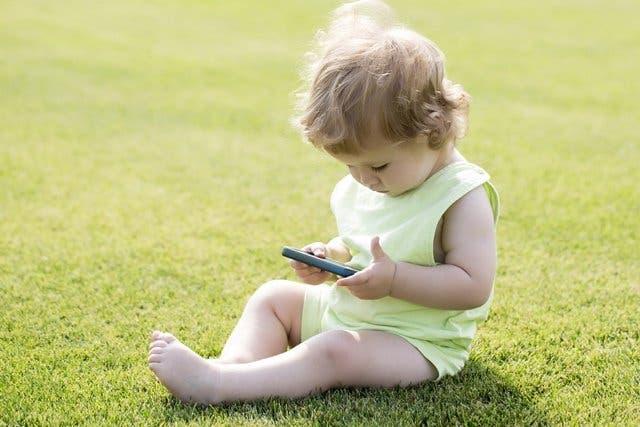 تعرفوا على خطر أمتلاك ألأطفال للهاتف ذكي وما أثره على عين ألطفل